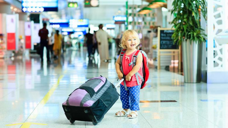 fetita-aeroport-geamantan-bagaje-shutterstock_295137992