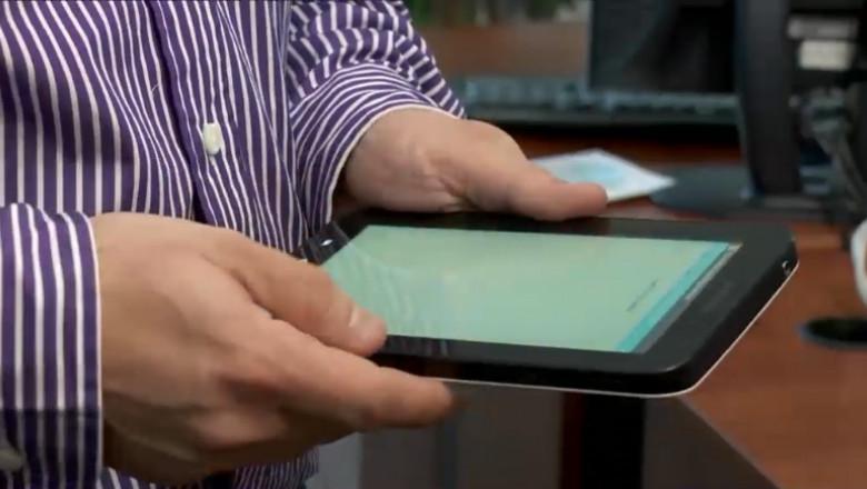 barbat cu tableta internet