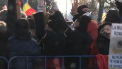 oameni cu spatele la parada