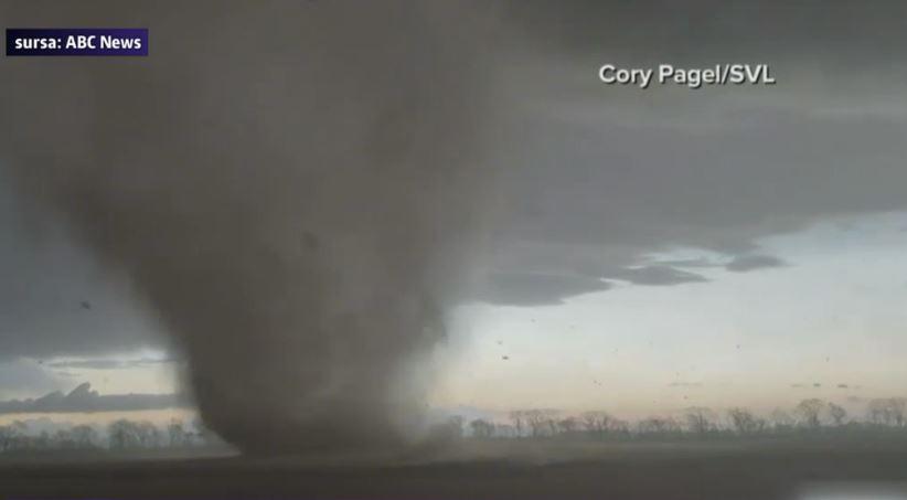 VIDEO. Statul Illinois, lovit de 22 de tornade. Cel puţin 30 de oameni au fost raniţi