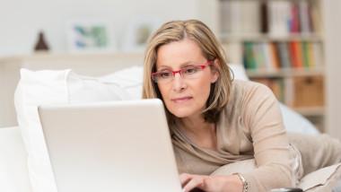femeie la laptop shutterstock_192268793