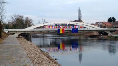 Podul Centenarului steaguri 031218