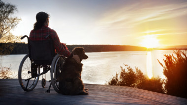 femeie in scaun cu rotile