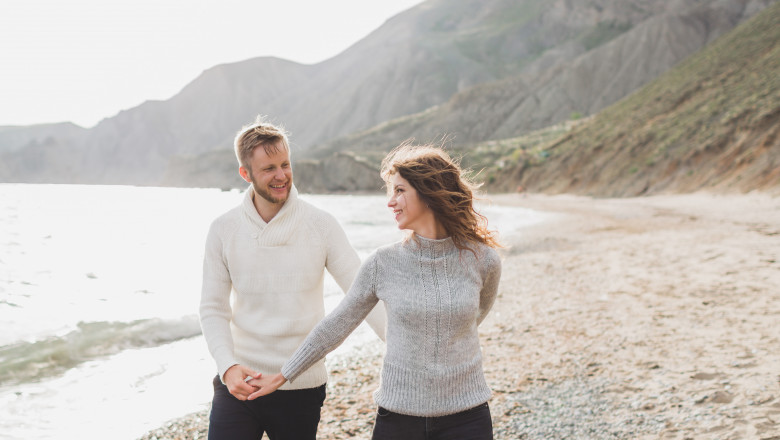 cuplu barbat femeie pe plaja relatie iubire soti