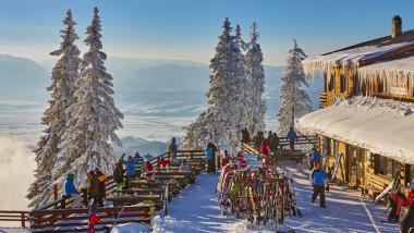 turisti la munte vacanta de iarna