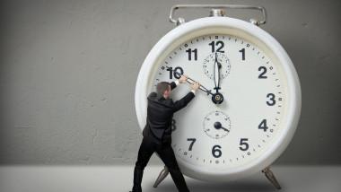 barbat ceas trece timpul shutterstock_119669158