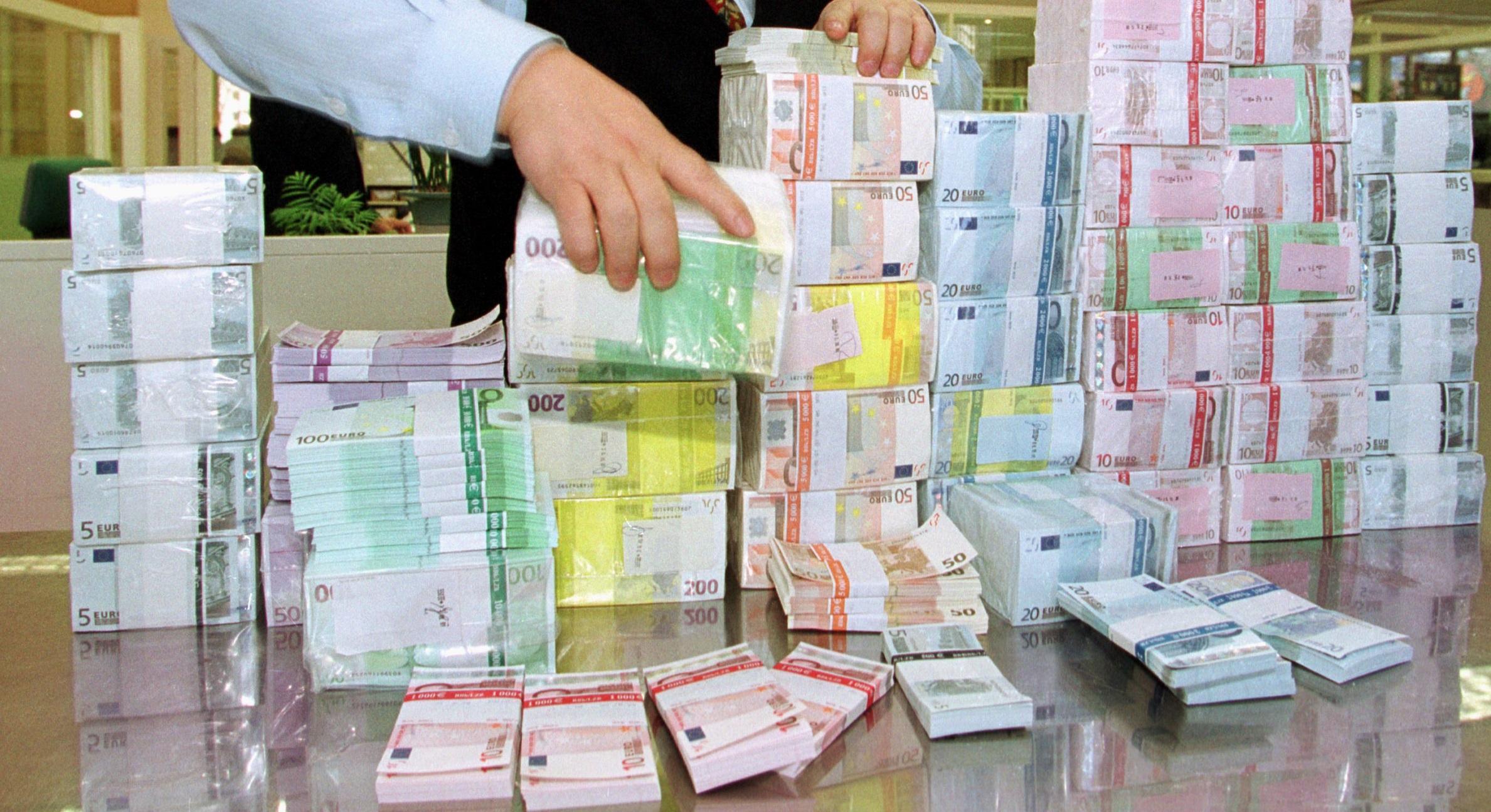 Euro depaseste si 4,71 lei, nou record istoric. Leul, la minim si fata de dolar