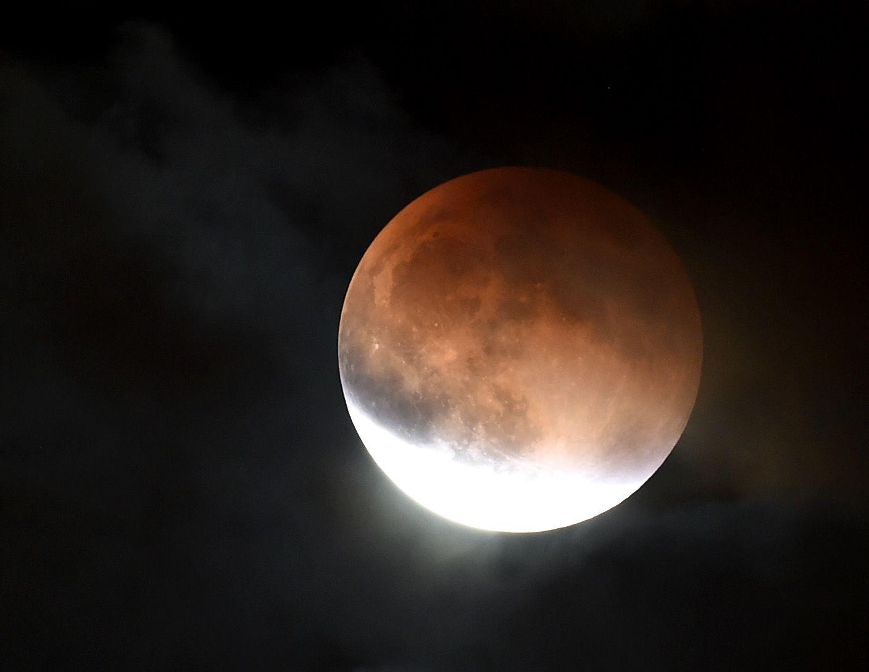 Eclipsa totala de Luna. Punctul maxim in Romania a fost la ora 7:12
