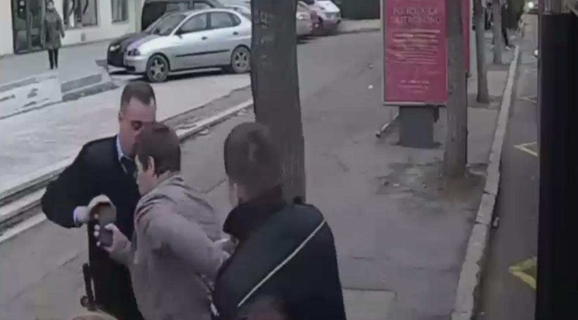 Un constantean care asculta muzica tare la telefon in autobuz, incatusat de politisti