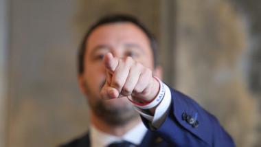 matteo salvini arata acuzator cu degetul - inquam george calin