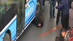 tanara sub autobuz