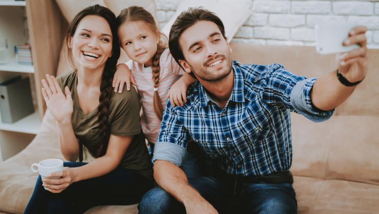 copii familie parinti selfie shutterstock_1272021787