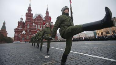 parada militara piata rosie shutterstock_128293841