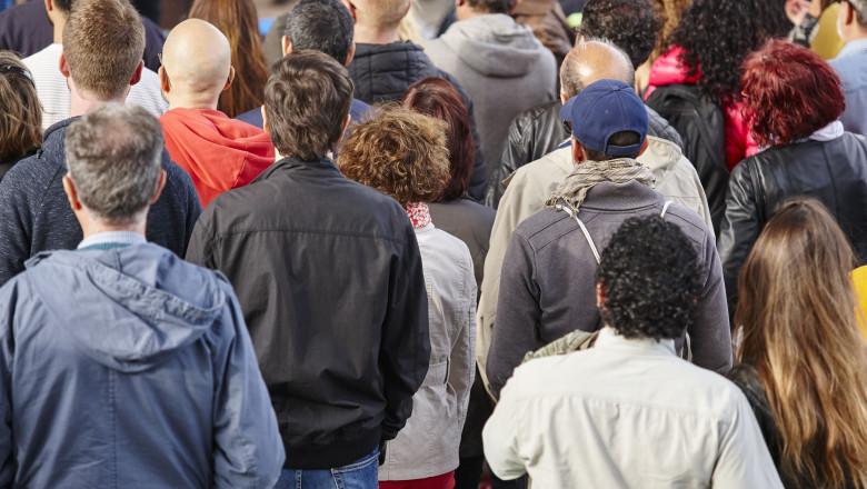 oameni spate strada -shutterstock
