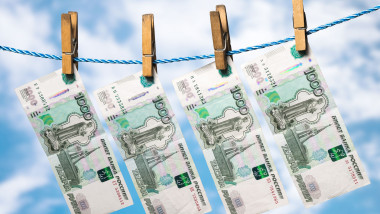 spalare bani ruble pe sarma shutterstock_638561269