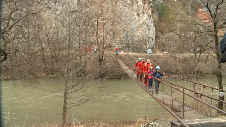 speologi pe pod peste cris