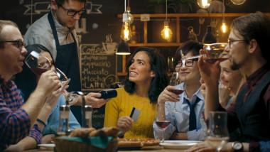 plata cu cardul restaurant iesire prieteni petrecere
