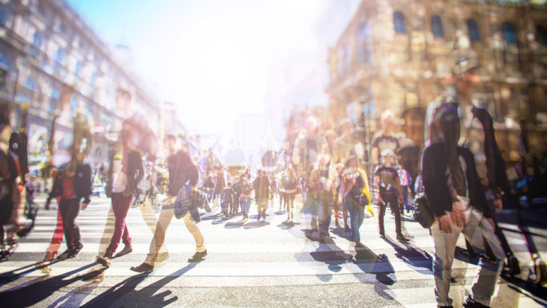 oameni pe strada, strada agloemrata, trecere de pietoni