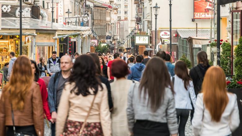 femei oameni pe strada bucuresti romania_shutterstock_284113175