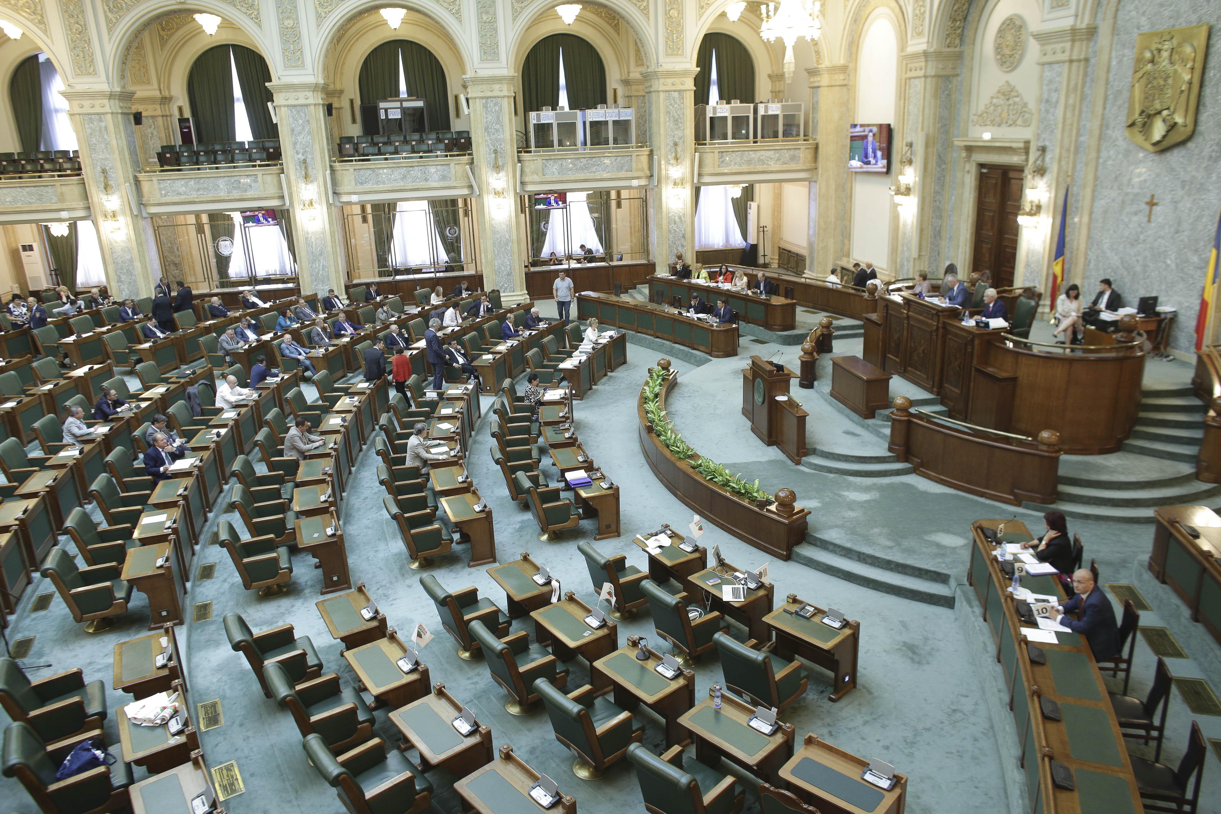 Legea de scutire a jurnaliştilor de plata impozitului pe salarii, respinsă de Senat, la cererea preşedintelui Iohannis
