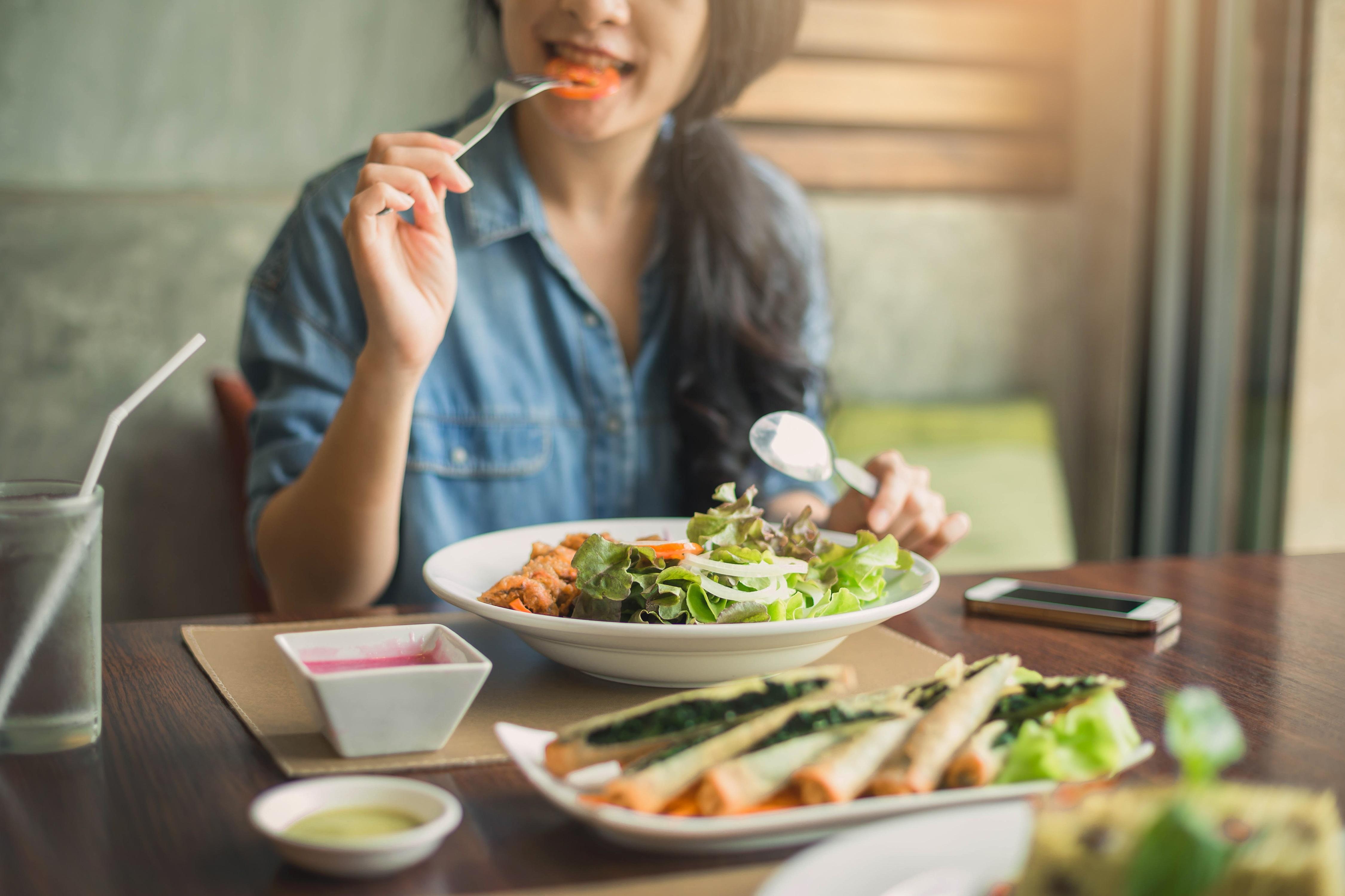 De cate ori trebuie sa mestecam alimentele? Greseala pe care o facem atunci cand mancam