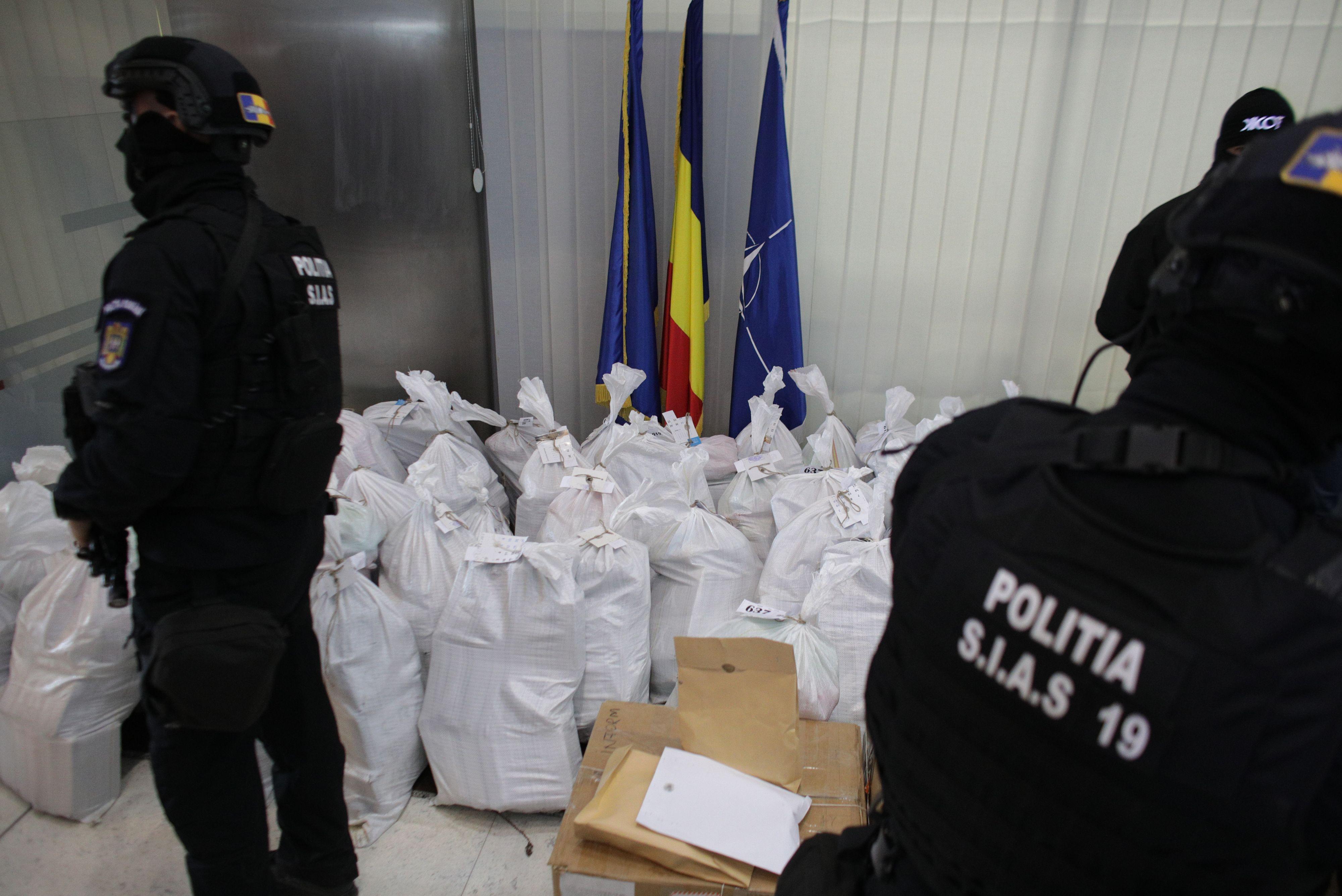 Captura de o tona de cocaina gasita pe plaja, adusa la sediul DIICOT. Valoreaza 300 de milioane de euro