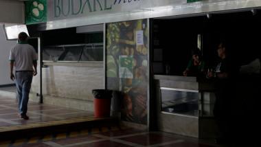 Un barbat intr-un magazin din Venezuela, in timpul unei pene de curent