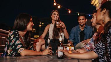 barbati, femei, bar, bere, seara in oras