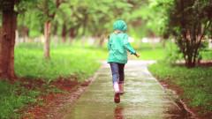 meteo fetita fuge ploaie parc shutterstock_492356629