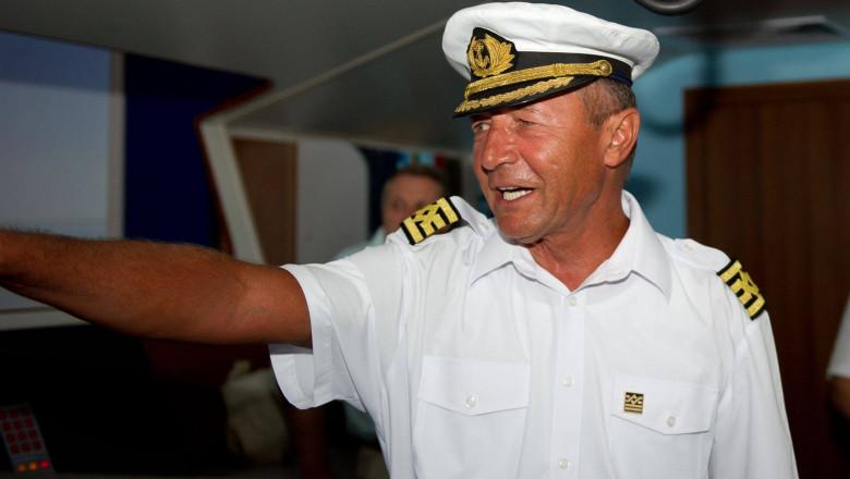 traian-basescu-uniforma-marinar-fb