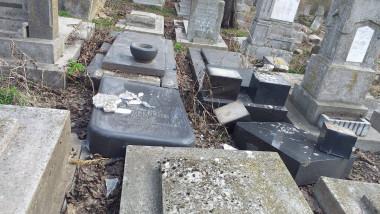 cimitir evreiesc vandalizat husi 56640159_2010585689235598_905485174509142016_o