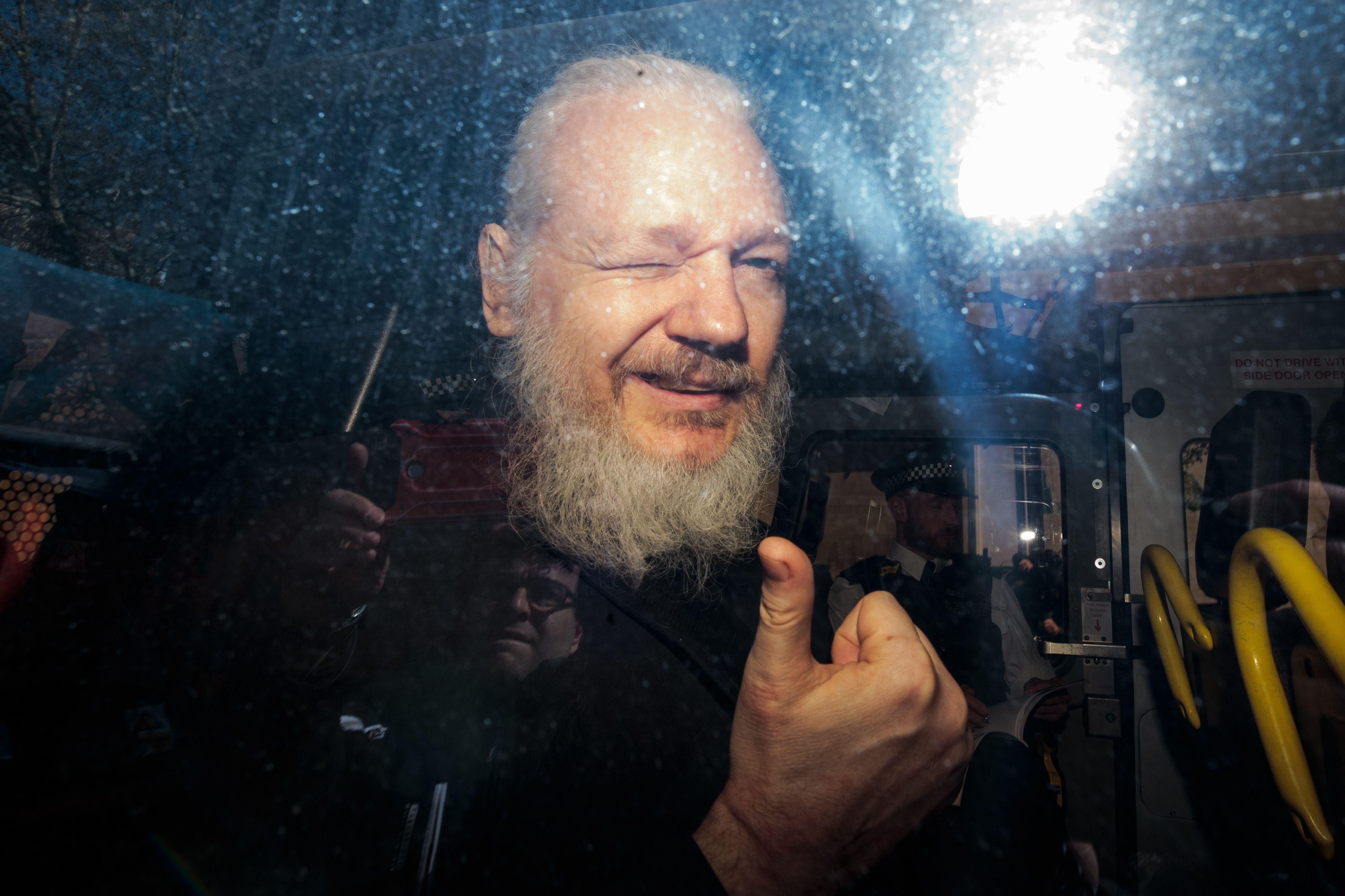Julian Assange, condamnat la închisoare. WikiLeaks: Decizia este şocantă şi răzbunătoare