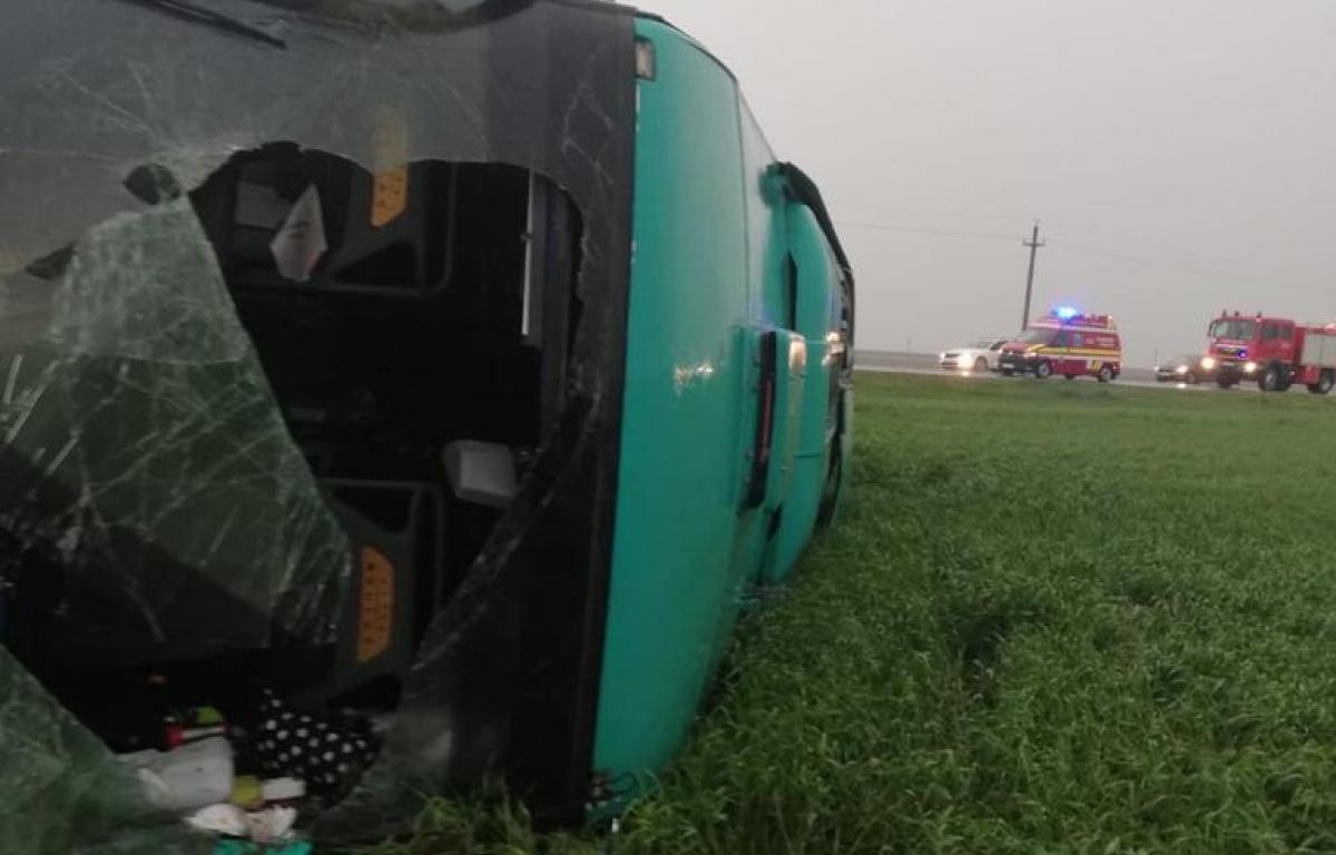 VIDEO | Momentul când tornada răstoarnă autocarul. Imagini din interior și ce îi strigau pasagerii șoferului