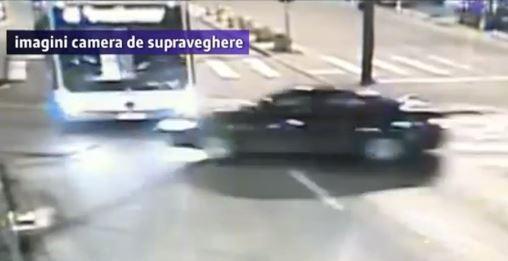 VIDEO. Momentul impactului dintre un autobuz cu călători și o mașină