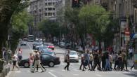 oameni traverseaza romani pe strada shutterstock_1132954952