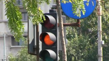 semafor pe galben