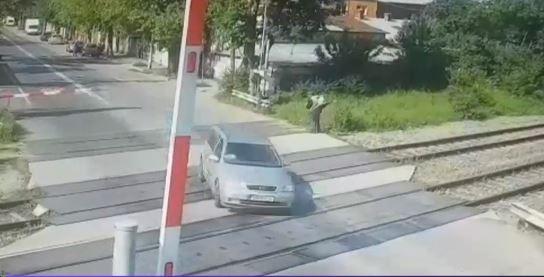 Teribilism la volan. Un șofer a forțat trecerea cu calea ferată în București