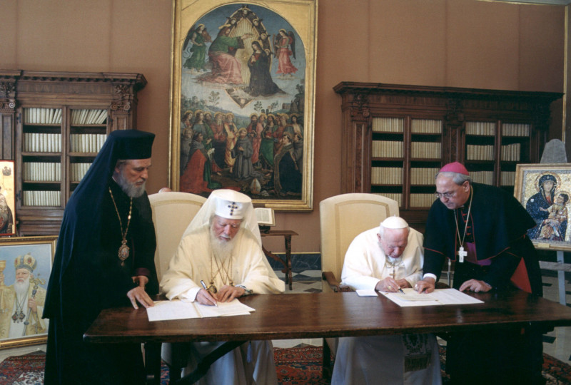 Pope John Paul II Meets Romanian Orthodox Patriarch Teoctist