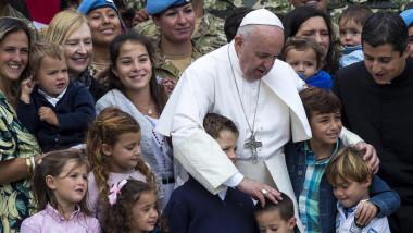 """Portretul Papei Francisc, promotor al milostivirii și curajului. """"Cât mi-ar plăcea o Biserică săracă şi pentru săraci"""""""
