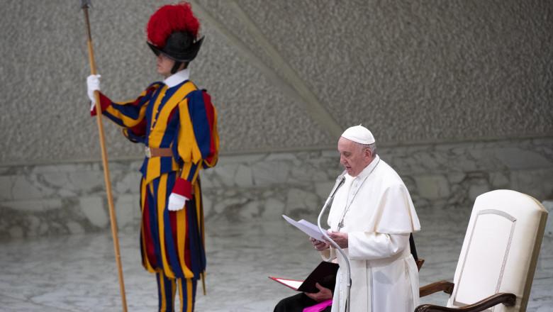 Vizita Papei Francisc în România. Scaunul papal folosit la Sfânta Liturghie din Bucureşti, construit de un designer român