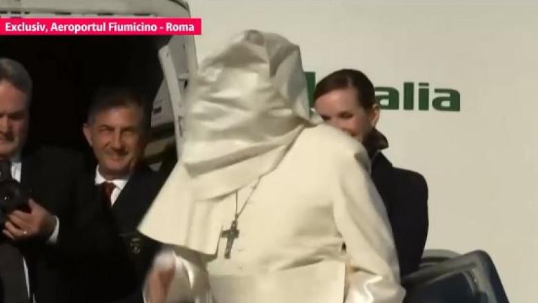 Imagini pentru papa pe aeroportul din roma