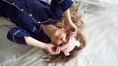 femeie in pijama