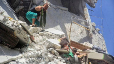 o fetiță de 5 ani încearcă să-și salveze sora, după un bombardament în Siria