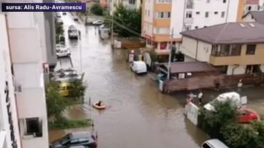 barca printre blocuri
