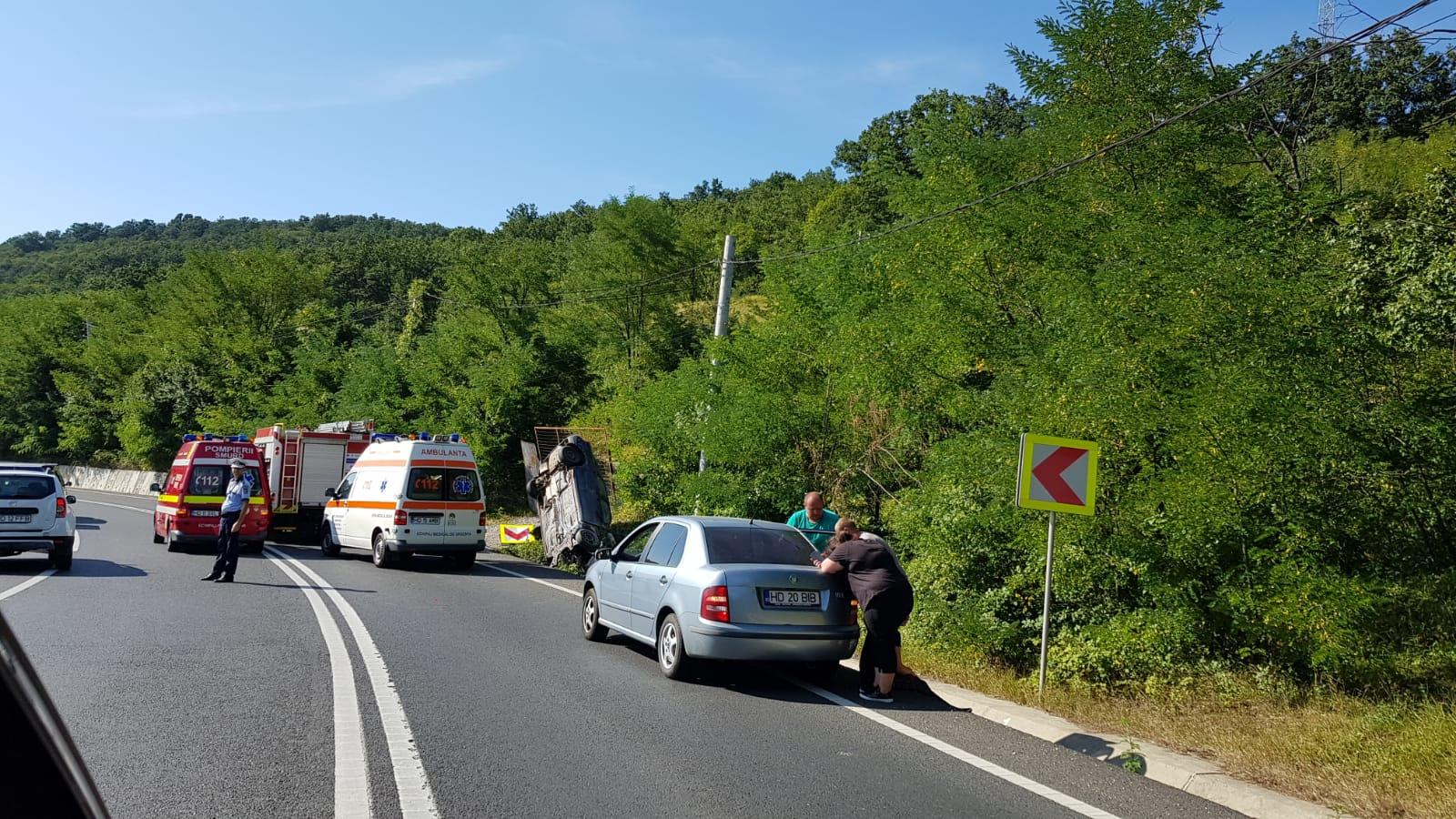 FOTO   Accident grav: Doi morti si un ranit dupa ce masina lor a lovit un cap de pod si s-a rasturnat