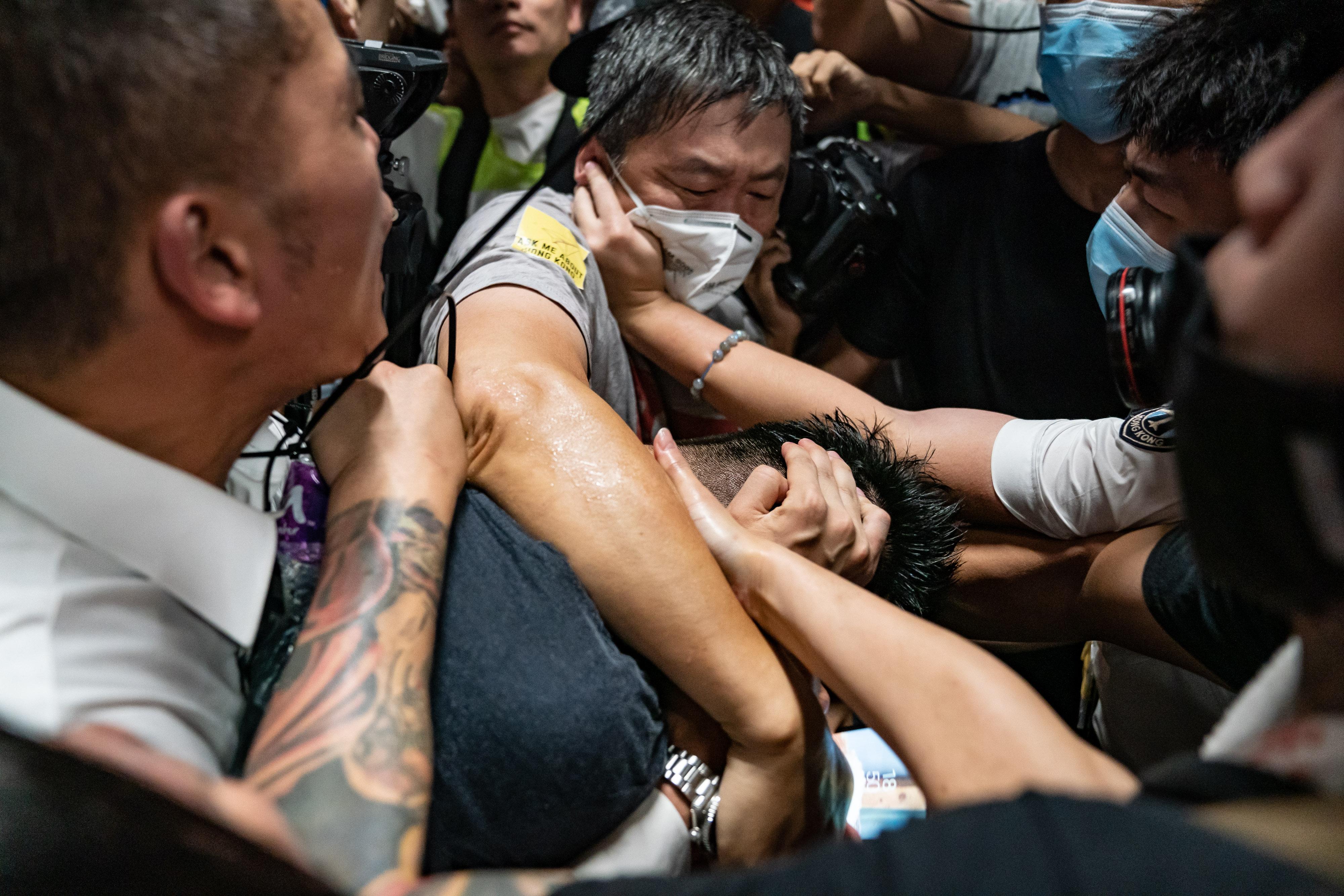 Haos în Hong Kong. Au loc ciocniri între forţele de ordine şi protestari la aeroport