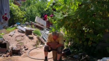 gheorghe dinca in curtea lui din Caraca
