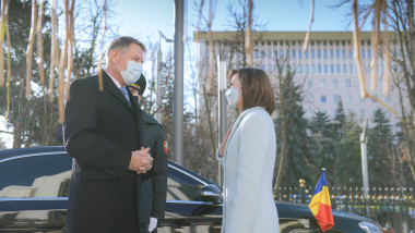 Preşedintele Klaus Iohannis a fost primit marţi, la Chişinău, cu onoruri militare, de către omologul său moldovean, Maia Sandu