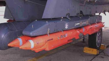 sistem de bombe inteligente SDB, cu bombe model GBU-36, acroşate la aripa unui avion F-15 american