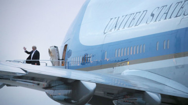 Donald Trump coboară din US Air Force One